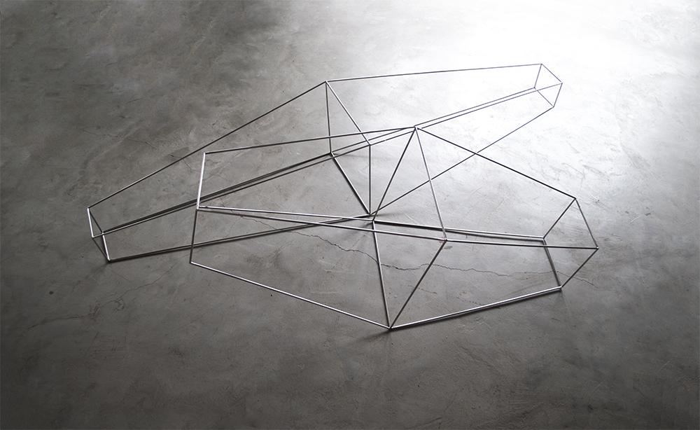 DOS. Escultura de acero inoxidable pulido
